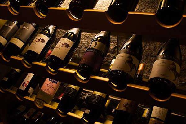 Giá các loại rượu nhập khẩu có phải yếu tố quyết định hành vi khách hàng