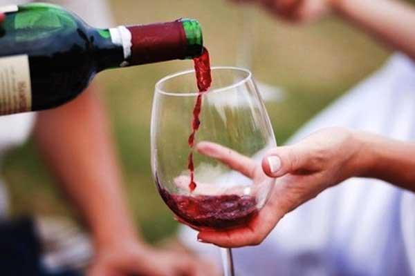 Có nên uống rượu vang đỏ